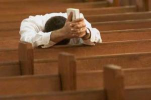 man-praying-in-pew